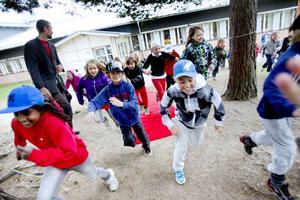 Barnen på Milboskolan rusade i en stor klunga mot sin nya lekplats sedan vaktmästare Daniel Mählby hade klippt bandet och officiellt invigt den.