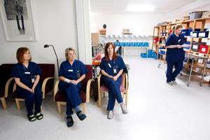 Inger Schröder, Ann-Sofie Norrblom och Annika Westlund väntar på nästa transport. Några längre stunder hinner de dock inte sitta, det är över flera hundra bud och patienter som ska transporteras varje dag. Bakom dem finns postcentralen där all in- och utkommande post sorteras.