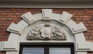 Detalj ovanför fönster på rådhuset.
