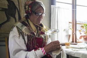 Ulla Jonsson har hållit i kurser i att sy hembygdsdräkter sedan 1976, och sydde sin egen dräkt 1974. På stämman visar hon gärna besökare hur hon gör.