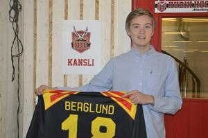 När Brynäs spelade en träningsmatch i Glysis fick Mathias en Brynäströja med sitt namn på.
