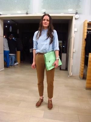 Hannah Stenström, 20 år har på sig: skor ShoSho, byxor Indiska, skjorta Bik Bok, väska Erikshjälpen, skärp MQ.- Ironiskt stekig. Kallt. Bekvämt.