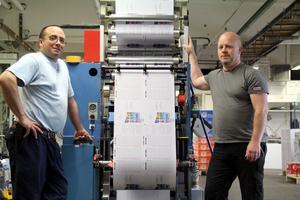 Sammy Hansson och Lars Kring har nu kört de sista skiften med maskinen som gör bingohäften. Många miljoner sådana har producerats sedan den kom på plats. Ramen är från en maskin som posten ägde och som bland annat tillverkade kuvert. Sedan byggde man på.