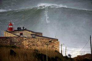 Surfaren Garrett McNamara på en vad som tros vara 30 meter hög våg, utanför Portugal.