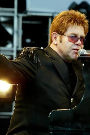 Sir Elton John levde upp till stjärnmyten och var ordentligt hemlig och reserverad när han anlände 2003. Konserten blev allt annat än anonym då stjärnan levererade.