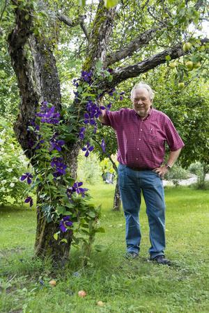 Nils Åke Malmdin växte upp i Sundsvall. Efter att ha bott i Stockholm och Enköping återvände han till sin barndomsstad. 1978 flyttade familjen in i huset på Grevegatan.