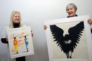 Vivianne Korssell och Karin Birgersson jobbar ideellt i Malungs kostförening och här sätter de upp den senaste utställningen