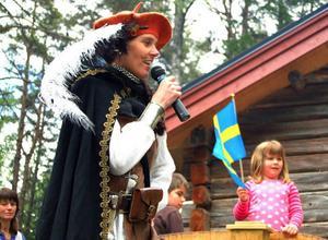 Årets nationaldagsfirande på Tossön i Järpen gick i medeltidens tecken. Maria Kjellström från riddarorden Jamtlandicum var självklar utropare och talade sig hes för att hålla alla besökare uppdaterade.Foto: Elisabet Rydell-JansonI slutändan var det vita kåporna som tog hem dagen. Glädjefnatt!Foto: Elisabet Rydell-Janson