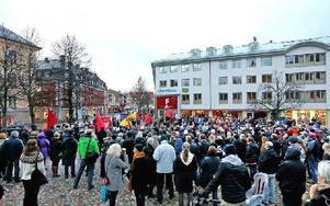 Trots kyla och duggregn kom ett par hundra åhörare till den antirasistiska manifestationen. Foto: Johnny Fredborg