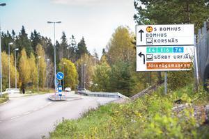 1. Den västra nedfarten från Upplandsleden leder till Sörby Urfjäll, E4 och 76:an. Trots en tydlig skylt missar många avfarten.