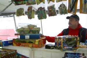 Börje Wiklund arrangerar marknaden tillsammans med sin kompanjon Tommy Pettersson. Han säljer också leksaker.