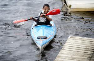 Noh Johannes från Böle skola provade på att paddla kanot för första gången.