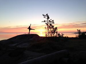 Tränar på klipporna i den vackra soluppgången vid Ålands Hav. Foto Fredrik Berndt