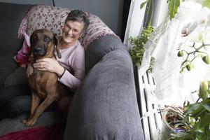 Marianne Rosander, här tillsammans med den bayerska viltspårhunden Freyr, är glad över att hon kunde få en ny njure via transplantation. Hon blev som pånyttfödd och varje dag när hon vaknar är hon tacksam över att hon lever.