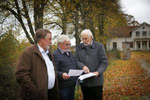 Frimurarna som äger Igelsta gård vill bygga bostäder som kan bli seniorboende på vardera sida om entrén till gården, ett av husen skulle ligga ungefär där Anders Bruse, Staffan Ternby och Kjell Nilsson står.