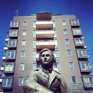 Här på Almbyplan i Örebro står en av två Ronnie Peterson-statyer. Den mest kända.