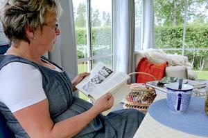 Laila Westling gillar gamla kokböcker. I henness bokhylla finns över hundra kokböcker, många från första halvan av förra seklet.