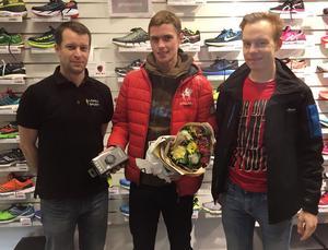 Vinnaren av NA:s och Löpex Sports pulsklocka 2016, Martin Regborn, flankerad av Löpex butikschef Daniel Gustafsson och NA:s konditionsbloggare Jonas Brännmyr.