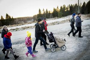 Vintern har kommit till Åkerö. Sysslolösheten är påtaglig men bryts ibland av de dagliga promenaderna till och från matsalen på förläggningen.