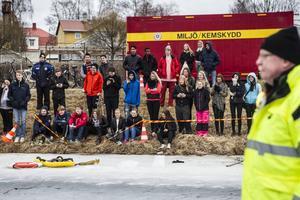 Ungefär femtio elever från Stehamreskolan var vid kyrksjön på fredagen.