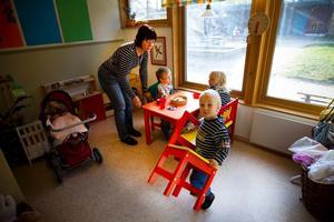 Agneta Gullsby är förskolelärare på Björkbergs förskola och hon känner av den illaluktande odören. Här med barnen Hugo, Gry och Albert.