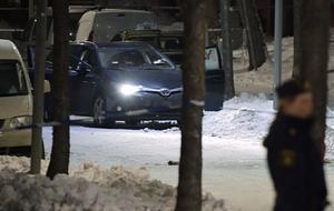 Polisbilar och avspärrningar kring platsen därdubbelmordet i närheten av en grundskola i Kista i nordvästra Stockholm. ägde rum.