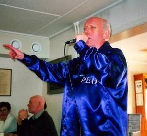 Populär vinnare. Frösöbon P. O. Wikström har efter segern i Seniorchansen i december 2006 klarat av många framträdanden. Ett av de senaste var vid årsmötet med Stuguns PRO, där denna bild togs. Wikström är även aktiv i Frösö kyrkokör.                     Foto: Johan Roos