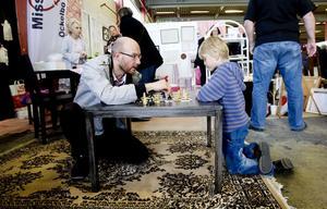 SCHACK. Olle Widegren, 6 år, utmanade pappa Patrik på schack.