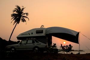 Chatarina i solnedgången på stranden i Indien.