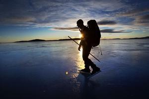 Var alltid minst två ute på isen och ha med isdubb och ispik. Havsisen är svagare än isen på en insjö.