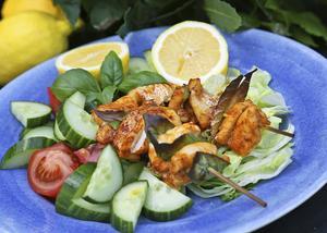 Grekiska fiskspett med lagerblad och citron är underbar sommarmat.