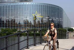 EU- parlamentet har inte bättrat på sitt renommé genom att fortsätta leka resande teatersällskap mellan Strasbourg (bilden) och Bryssel. Men den alltmer brännande frågan om frihandelsavtalet EU-USA kan ge ledamöterna chansen att visa framfötterna.