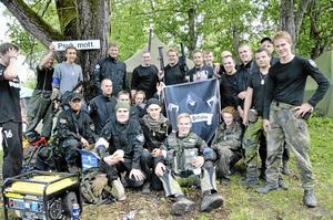 Inte bara krigslek. Paintballträffarna är en social grej intygar karlarna i Ghost Batallion och poserar framför sitt militärtält.
