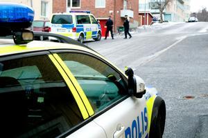 Ett stort antal poliser sattes på nyårsdagen in i arbetet med att kartlägga den dödes sista kväll och natt i livet.