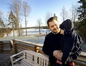 Utsikten över sjön Väringen är ett av skälen till att Fredrik Svensson och hans sambo Cecilia Hjort flyttade till den gamla skolan Kägleholm. Charlie har just vaknat efter en tupplur i vagnen.