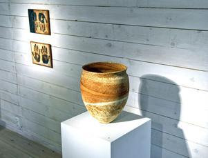 Sandfärger, spröda väggar och oordnade mönster bidrar till känslan av ursprunglighet och urtid i Karin McKeoghs keramik.