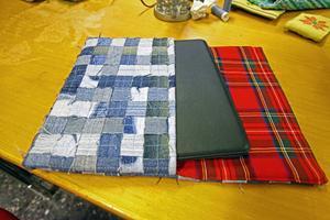 Ipad-fodral gjort av återvunnet jeanstyg, formgivet av proffs och sytt av afghanska kvinnor i Krokom.