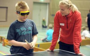 Caroline Linell Hägg var en av högskolestudenterna som anordnade dagen. Här ses hon med Peter Wikström som spelar pingis med synnedsättning.