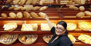 """KONDIS. Sara Karam jobbar på Konditori Princess. Hon märker att kunder som vill ha mer traditionellt fika och inte vill gå på kaféerna runt Stortorget söker sig till dem. """"Det är ofta äldre personer"""", säger hon."""