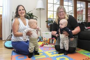Sofia Engberg, 38 år, och Anna Ersson,39 år, tar gärna med Harry och Edvin till Öppna förskolan och klasser i babyrytmik.