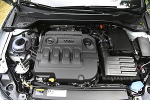 Det sitter visserligen ett Seat-emblem på den 4-cylindriga dieselmotorn men den kommer från Volkswagens lagerhyllor.