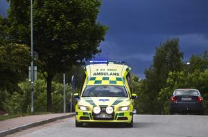 Iltransport. Skribenten fick inte åka ambulans fastän sjukvårdsupplysningen ansåg att han borde göra det.        Foto: Tony Persson/arkiv
