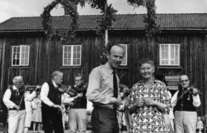 Hans Hagnell, landshövding i Gävleborg mellan 1971 och 1986, pratas vid med Willy Maria Lundberg under ett besök på Träslottet. Foto: Arkiv