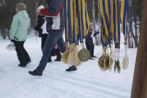Alla barnen fick efter målgång medalj för sin insats i lilla Vasaloppet i Gnarp.