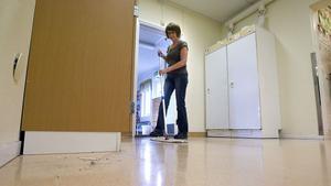 Berit Dahlberg städar korridorerna i Idenors skola varje dag, men klassrummen får hon bara städa varannan dag.
