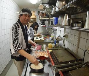 Sato lagade sushi på Gårdscaféet. En aktivitet som var fullsatt.