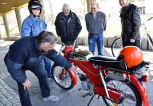 Undersöker. Bosse Svensson tar sig en närmare titt på sin moped innan avfärd.