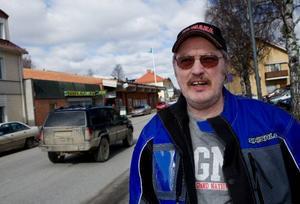 """Åke Landin, Hammarstrand:– Politikerna måste börja samarbeta inom kommunen istället för att ägna sig åt intriger. """"Allt för byn"""" borde omfatta även politiker. Det bor 5 000 personer här och vad slåss de om egentligen?"""