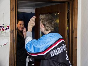 Johans assistent Sandra Arvidsson kommer på besök. Tillsammans ska de gå på hockey.