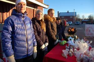 Eleverna från Mora gymnasium Elin Norlin, Jennifer Larsson, Moa Jons och Carla Strandberg., som går friskvårdsinriktning sålde hembakat bröd till förmån för sin träningsresa.